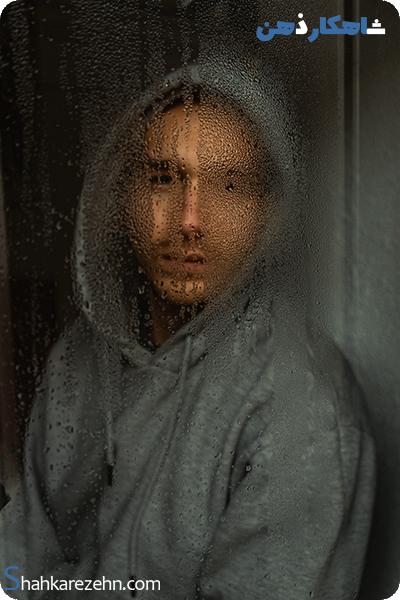 نوجوانی که غمگین است و با بدترین مشکلات زندگی مواجه شده است ؟