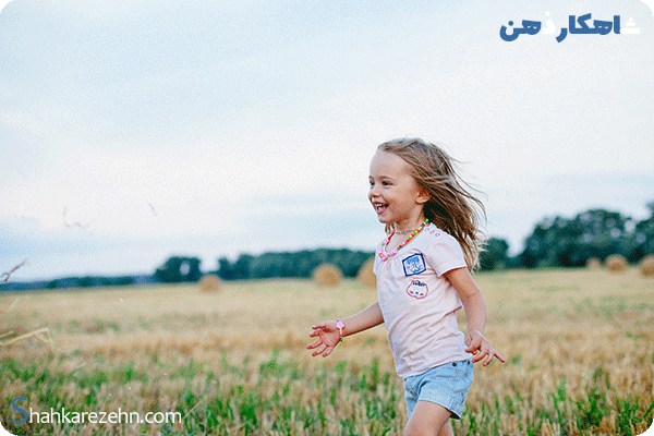 من آرمانی دختری کوچک در مزرعه