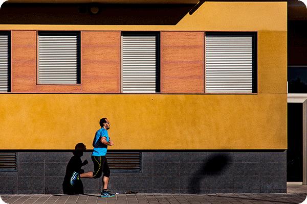 مردی که در حال دویدن است تا عزت نفس و اعتماد به نفسبالایی پیدا کند